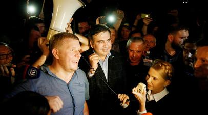 Михаил Саакашвили в сопровождении Юлии Тимошенко и его сторонниками после того, как он проехал границу Украины