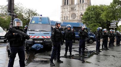 Французская полиция стоит около Собора Парижской Богоматери в Париже