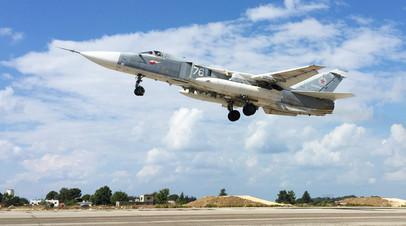 Фронтовой бомбардировщик Су-24 взлетает с авиабазы Хмеймим в Сирии