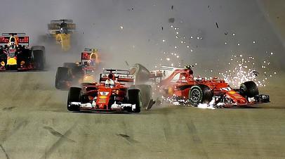 Ferrari Кими Райкконена рядом с  Ferrari Себастьяна Феттеля после аварии во время Гран-при Формулы-1 в Сингапуре