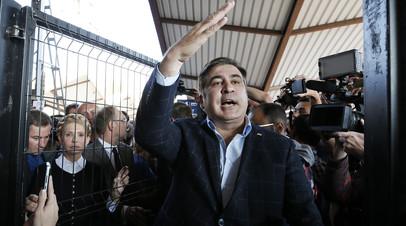 Михаил Саакашвили в сопровождении Юлии Тимошенко выступает перед журналистами на железнодорожной станции Пшемысль