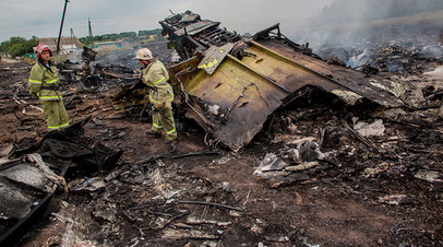 Спасатели работают на месте крушения малайзийского самолёта