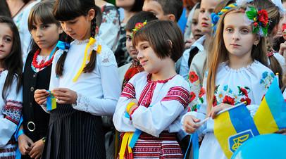 Ученики на торжественной линейке в школе, Западная Украина