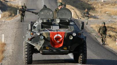 Турецкие военные во время патрулирования дороги