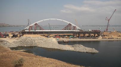 Строительство моста через Керченский пролив в Крыму.