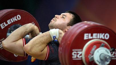 Ринат Киреев (Россия) во время соревнований по тяжелой атлетике