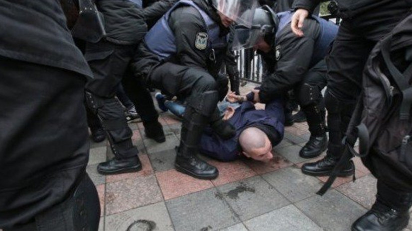 У стен Верховной рады произошло столкновение между полицейскими и националистами