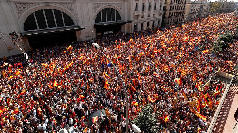 Сотни тысяч человек участвуют в митинге сторонников единства Испании в Барселоне
