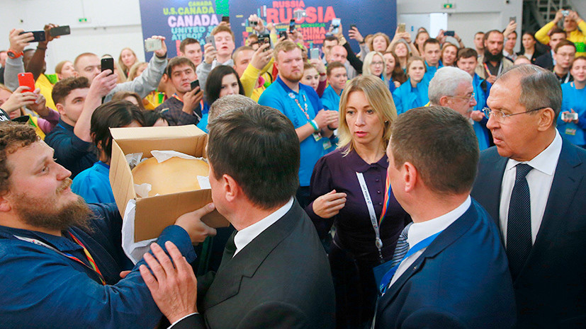 Лаврову на молодёжном форуме подарили почти 5 кг фермерского сыра