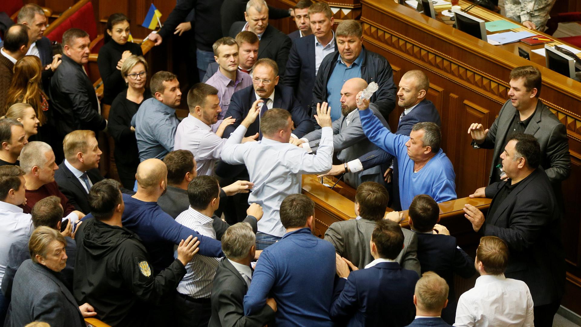 Без минских договорённостей: Рада приняла в первом чтении закон о реинтеграции Донбасса