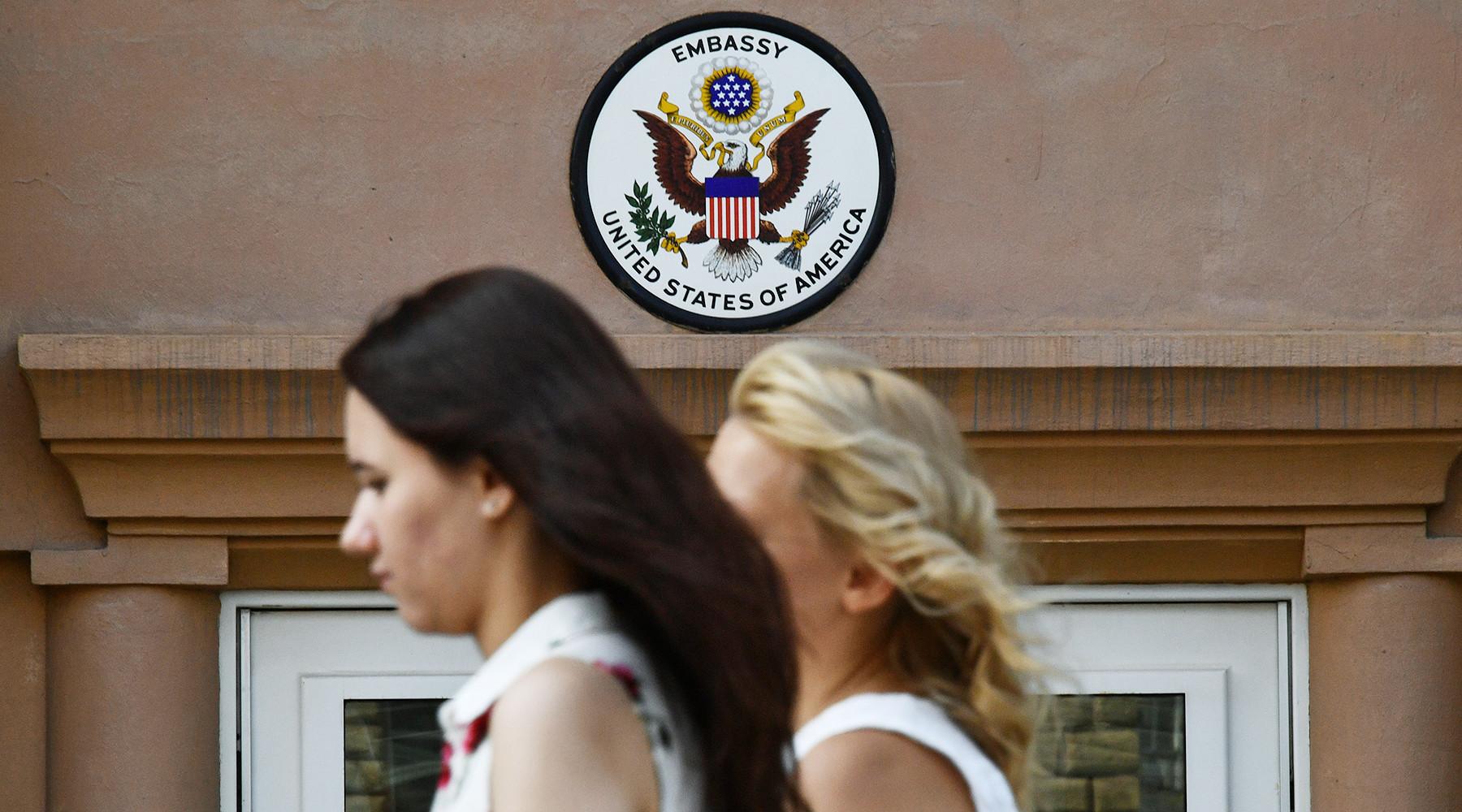 Визовый беспредел: россияне рассказали о трудностях с получением документов в посольстве США - «Россия»