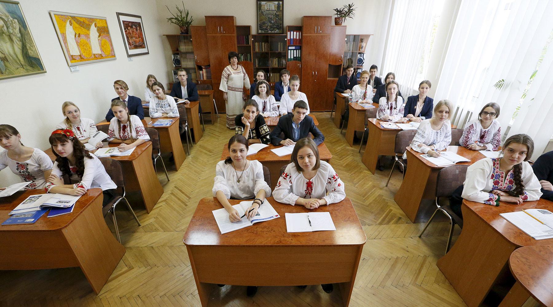 За 6 лет численность школьников, обучающихся на русском языке на Украине, сократилась вдвое