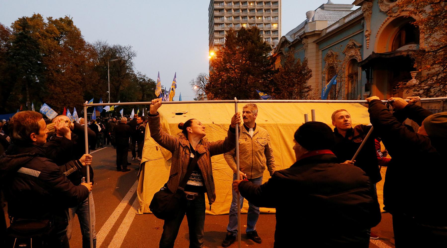 Как прошла ночь в Киеве после митинга Саакашвили за отставку Порошенко