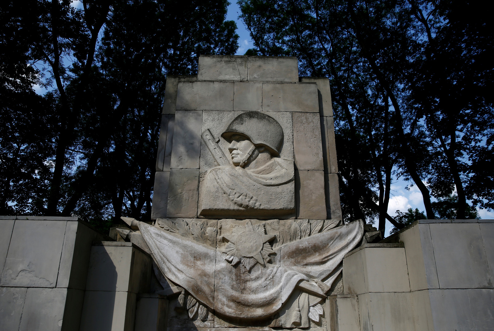 в Польше вступает в силу закон о сносе советских памятников»