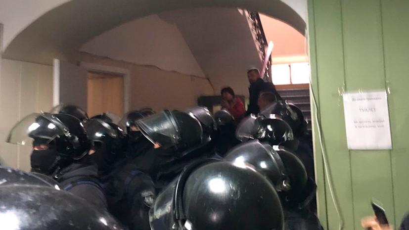 Слезоточивый газ и взрывпакеты: в здании суда в Киеве задержаны более 30 радикалов