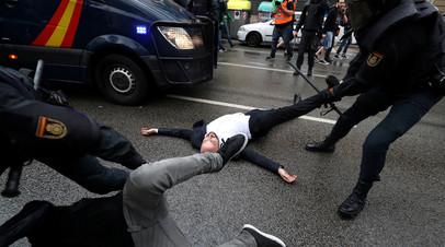 Беспорядки у избирательного участка в Каталонии