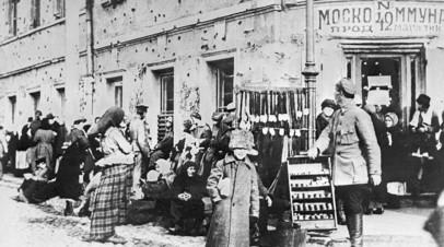 Очередь за продуктами у магазина на углу Никитской улицы и Тверского бульвара в Москве, 1920 год