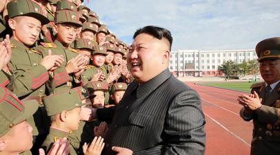 Ким Чен Ын с курсантами.