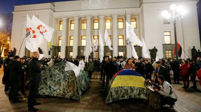 Митингующие у здания Верховной рады в Киеве.