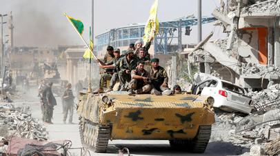 Бойцы курдских отрядов СДС въезжают в Ракку на бронетранспортёре