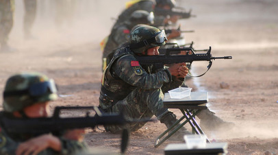 Военнослужащие армии Китая принимают участие в учениях
