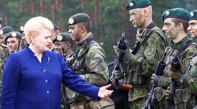 Даля Грибаускайте общается с литовскими солдатами на полигоне