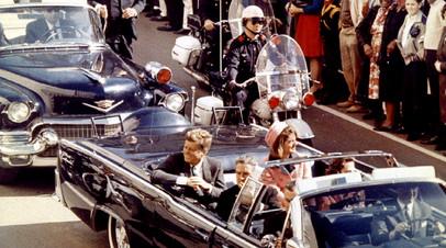 Президент США Джон Ф. Кеннеди, первая леди Жаклин Кеннеди и губернатор штата Техас Джон Коннали за несколько минут до убийства Джона Ф. Кеннеди в Далласе