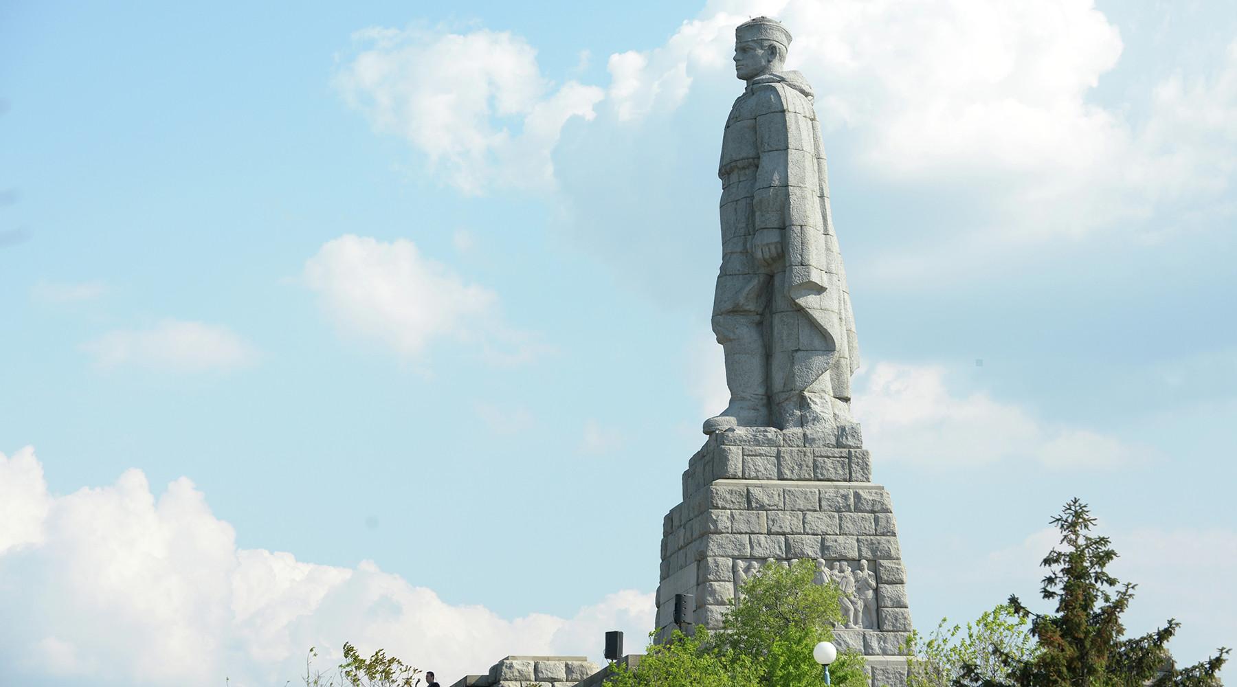 Символ «советской оккупации»: кто в Болгарии борется с памятниками солдатам-освободителям