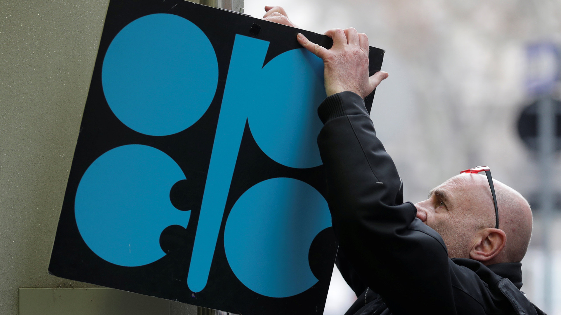 Единогласное решение: экспортёры нефти договорились о заморозке уровня добычи углеводородов до конца 2018 года