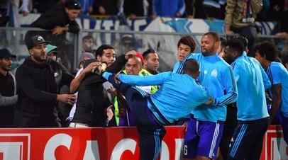 Защитник «Марселя» Патрис Эвра бьёт ногой по голове болельщика