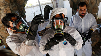 Сирийский медперсонал, оказывающий помощь пострадавшим от химического оружия