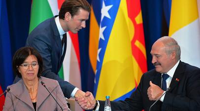 Президент Белоруссии Александр Лукашенко здоровается с избранным канцлером Австрии Себастьяном Курцем