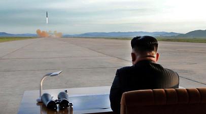 Северокорейский лидер Ким Чен Ын наблюдает за запуском ракеты. 16 сентября 2017 года