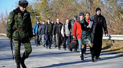 Военнопленные во время процедуры обмена между Луганской и Донецкой народными республиками и Киевом у города Счастье Луганской области