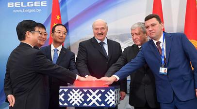 Александр Лукашенко во время посещения завода «БелДжи»