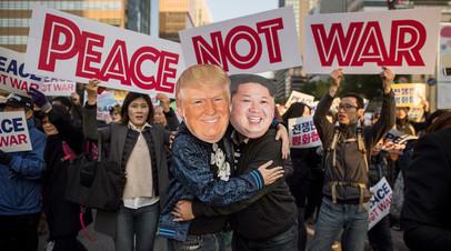 Демонстранты во время митинга в Сеуле