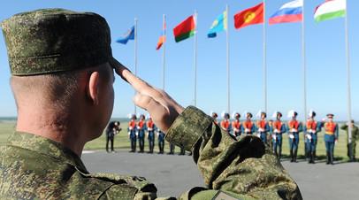 Военнослужащие во время церемонии поднятия государственных флагов стран — участников командно-штабных учений «Рубеж-2014»