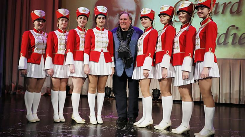 Депардье встретился с воспитанницами пансиона Минобороны России