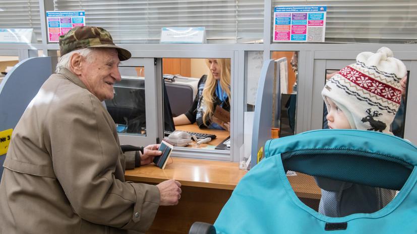 Социальный вектор: Путин подписал законы об отсрочке пенсий, выплате на первенцев и повышении МРОТ