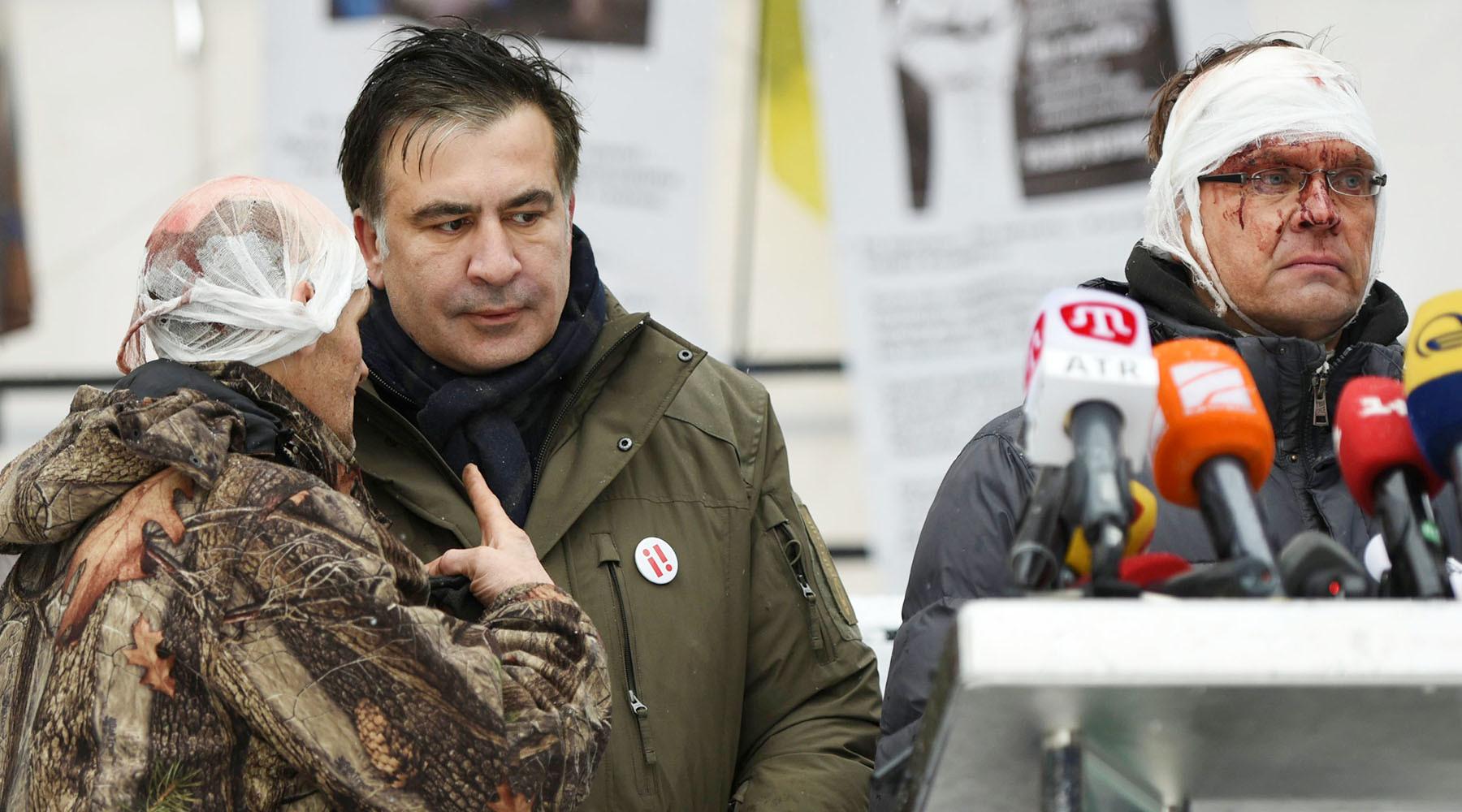 Саакашвили обратился к Порошенко после нападения силовиков на лагерь у Рады