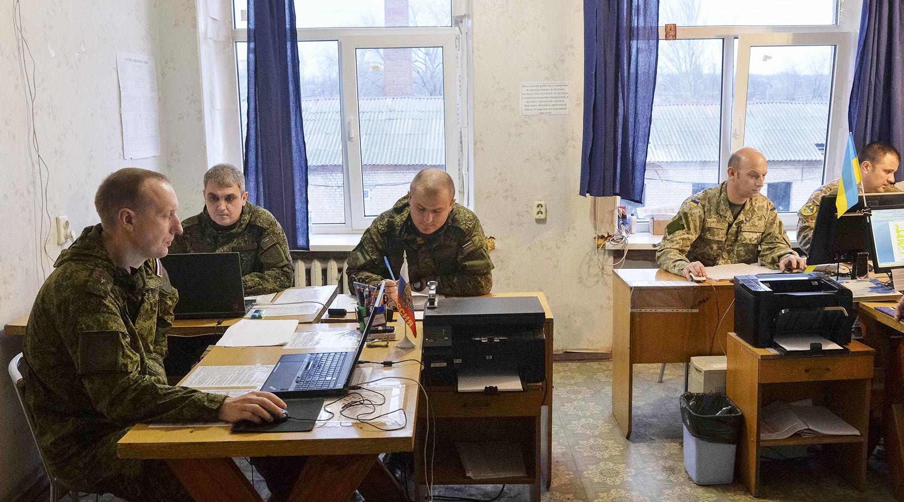 Меркель и Макрон потребовали возвращения российских военных в СЦКК