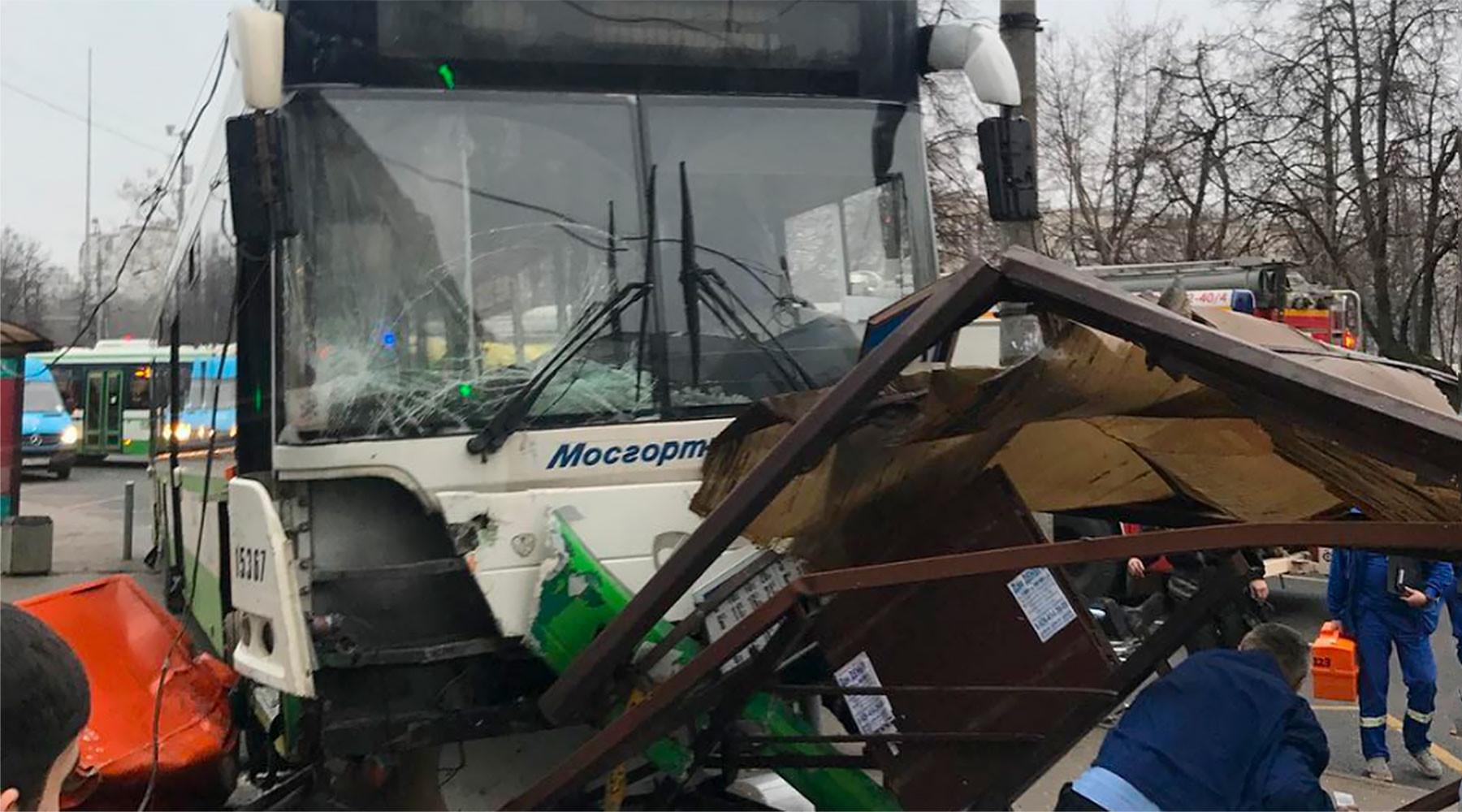 В МЧС опровергли гибель людей в результате наезда автобуса на остановку в Москве