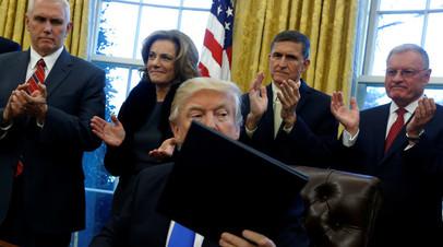 Заседание в Овальном кабинете Дональда Трампа. На заднем плане — вице-президент Майк Пенс (крайний слева) и советник по национальной безопасности Майкл Флинн (второй справа)