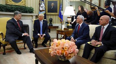 Президент Украины Пётр Порошенко (справа) на встрече с президентом США Дональдом Трампом (слева) в Овальном кабинете Белого дома