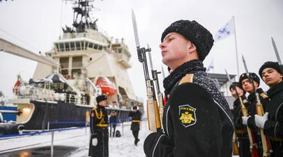 Торжественный подъём военно-морского флага на ледоколе «Илья Муромец» в Санкт-Петербурге