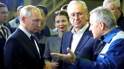 Владимир Путин во время посещения Горьковского автомобильного завода