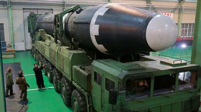 Ким Чен Ын осматривает межконтинентальную баллистическую ракету «Хвасон-15»