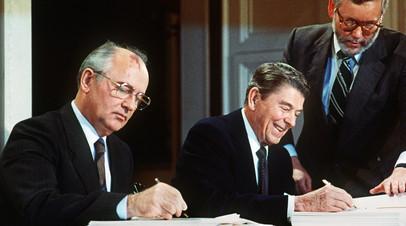 Михаил Горбачёв и президент США Рональд Рейган во время подписания Договора между СССР и Соединёнными Штатами о ликвидации ракет средней и меньшей дальности