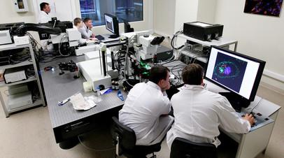 Ученые в лаборатории биомедицинских клеточных технологий