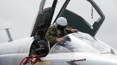 Российский военнослужащий в кабине самолёта Су-24 на авиабазе Хмеймим в Сирии